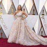 Mira Sorvino en la alfombra roja de los Oscar 2018
