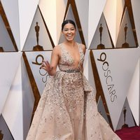Gina Rodriguez en la alfombra roja de los Oscar