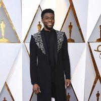 Chadwick Boseman en la alfombra roja de los Oscar