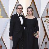 Gary Oldman y su mujer en la alfombra roja de los Oscar