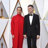 Paul Thomas Anderson en la alfombra roja junto a su mujer