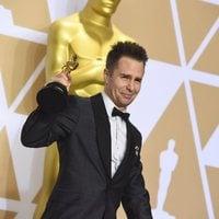 Sam Rockwell posa con el Oscar a Mejor actor de reparto