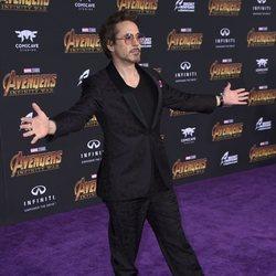 Robert Downey Jr. posa en la alfombra morada de 'Vengadores: Infinity War'
