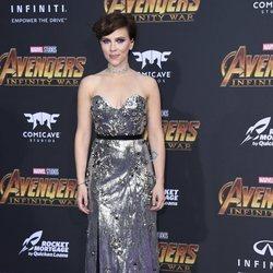 Scarlett Johansson posa en la alfombra púrpura de la premiere mundial de 'Vengadores: Infinity War'