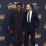 Samuel L. Jackson y Tom Hiddleston posan juntos en la alfombra púrpura de la premiere de 'Vengadores: Infinity War'
