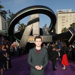 Tom Holland posa en la alfombra púrpura de la premiere mundial de 'Vengadores: Infinity War'