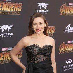 Elizabeth Olsen posa en la alfombra púrpura de la premiere de 'Vengadores: Infinity War'