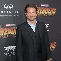 Bradley Cooper posa en la alfombra púrpura de la premiere de 'Vengadores: Infinity War'