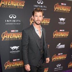 Chris Hemsworth posa en la alfombra púrpura de 'Vengadores: Infinity War'