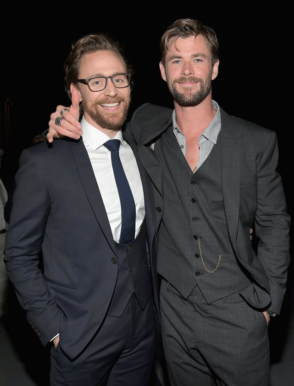 Chris Hemsworth y Tom Hiddleston posan juntos en la premiere de 'Vengadores: Infinity War'