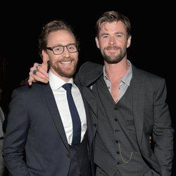 Chris Hemsworth y Tom Hiddleston posan juntos en la premiere de 'Vengadores: Infinity War'