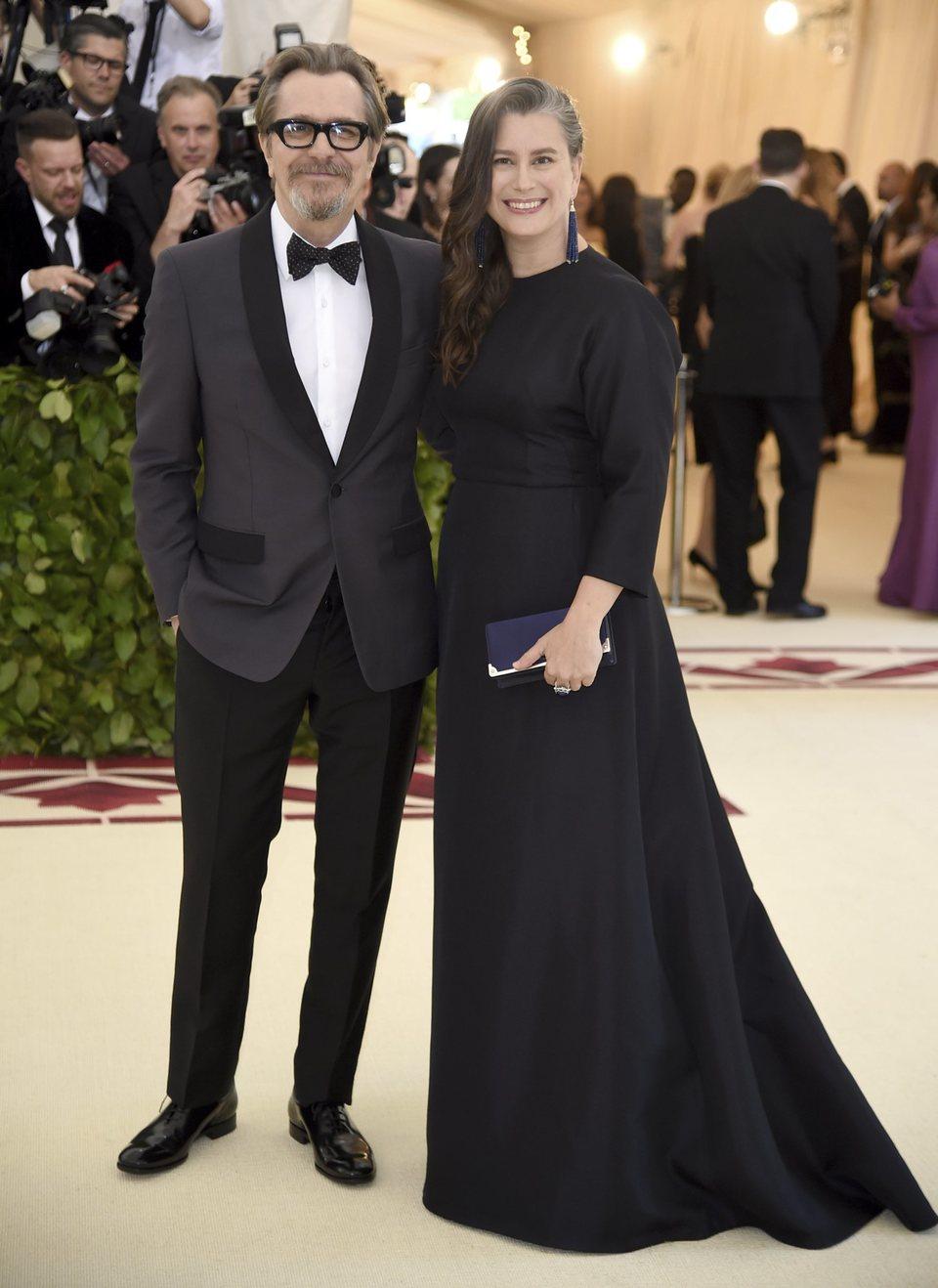 Gary Oldman y su mujer en la Gala Met 2018