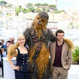 Emilia Clarke, Chewbacca y Alden Ehrenreich asisten a la premiere de 'Han Solo: Una historia de Star Wars' durante el Festival de Cannes