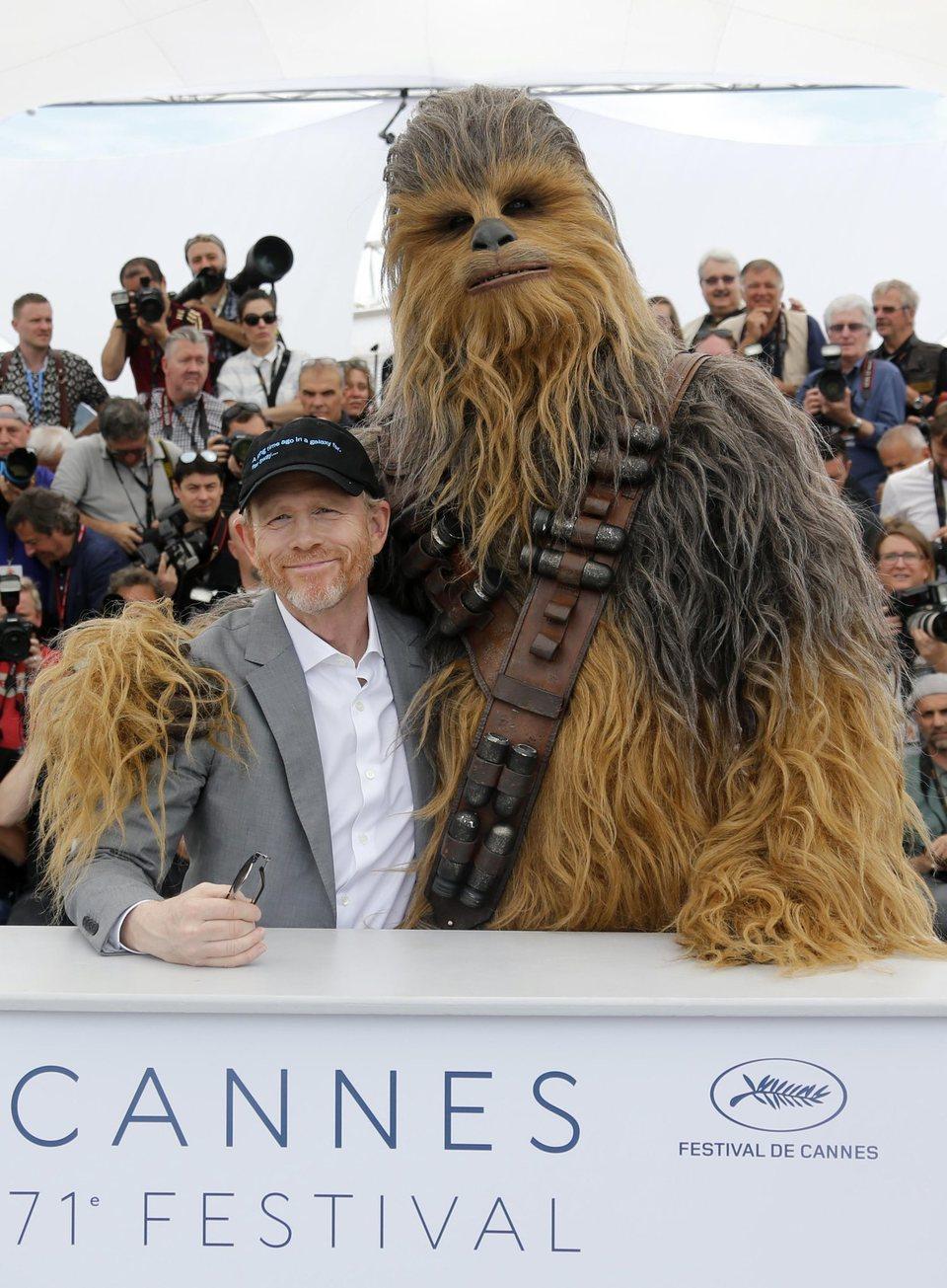 Ron Howard y Chewbacca asisten a la premiere de 'Han Solo: Una historia de Star Wars' durante el Festival de Cannes