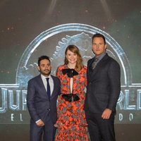 J.A. Bayona junto a Bryce Dallas-Howard y Chris Pratt en la premiere mundial de 'Jurassic World: El reino caído' en Madrid