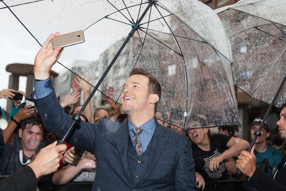 Chris Pratt saludando a los fans en la premiere mundial de 'Jurassic World: El reino caído' en Madrid