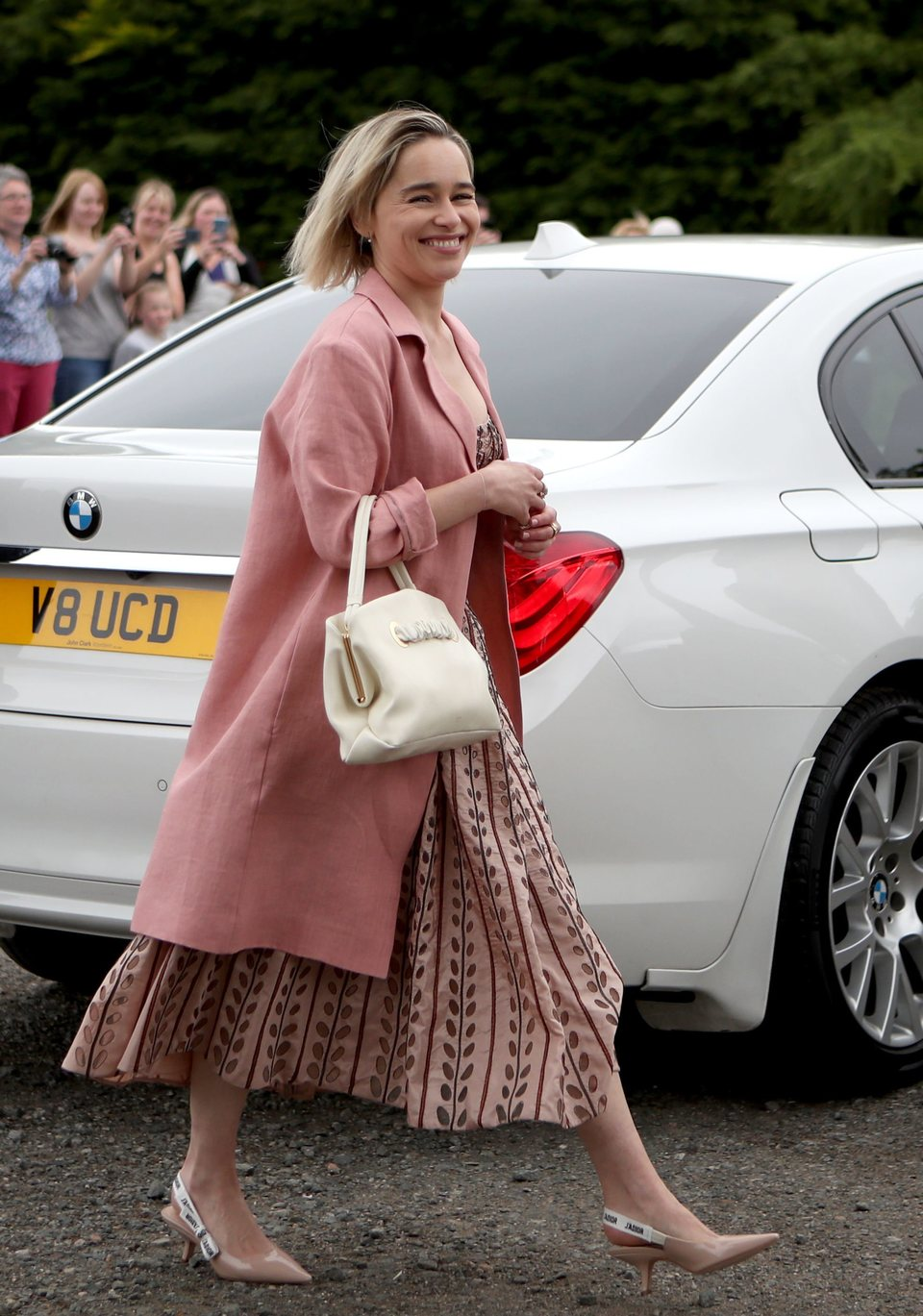 La actriz Emilia Clarke llega a la boda de Kit Harington y Rose Leslie
