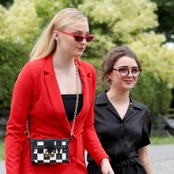 Sophie Turner y Maisie Williams llegan a la boda de Kit Harington y Rose Leslie