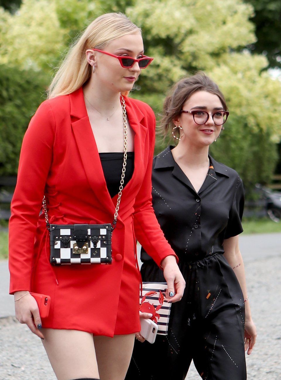Sophie Turner y Maisie Williams llegan a la boda de Kit Harington y Rose Leslie