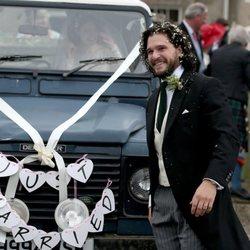 Un sonriente Kit Harington celebra su ceremonia de boda