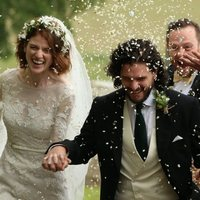 Kit Harington y Rose Leslie sonrientes tras la ceremonia