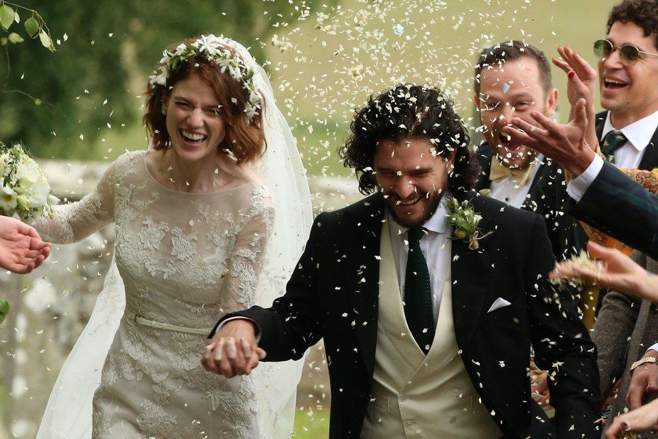 Kit Harington y Rose Leslie sonrientes tras la ceremonia