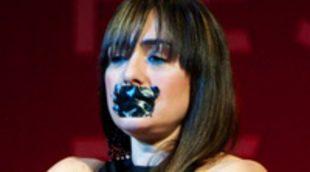 Candela Peña recoge su premio en el Festival de Málaga con la boca amordazada