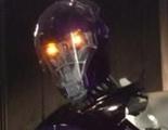 Bryan Singer posa al lado de un inmenso centinela en la nueva imagen del rodaje de 'X-Men: Días del futuro pasado'