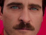 Joaquin Phoenix se enamora de la voz de Scarlett Johansson en el primer tráiler de 'Her'