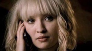 Emily Browning es acosada por un maniático en el tráiler de 'Plush'