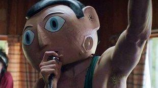 Michael Fassbender y su cabeza de papel maché se presentan en el tráiler de 'Frank'