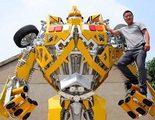 Un padre un Transformer gigante para su hijo