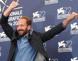 Ralph Fiennes se vuelve viral con su baile en el photocall del Festival de Venecia