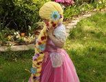 Una enfermera hace pelucas de princesas Disney para las niñas en tratamiento contra el cáncer