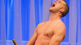 Russell Tovey y su torso desnudo piden perdón a su víctima