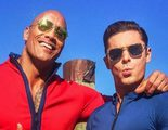 Zac Efron y Dwayne Johnson muestran los uniformes renovados de 'Los vigilantes de la playa'