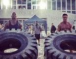 'Los vigilantes de la playa': Dwayne Johnson y Zac Efron miden su fuerza en un concurso de neumáticos en el set