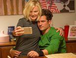 Desnudos en 'Easy': Orlando Bloom hace un trío con Malin Akerman y Kate Micucci