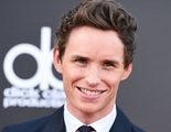 Eddie Redmayne le hace un truco de magia a Benedict Cumberbatch