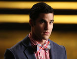 'American Crime Story': Darren Criss de 'Glee' posa desnudo con el bañador en la mano en el rodaje