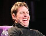 Tom Cruise se parte de risa cuando un periodista le muestra memes de sí mismo
