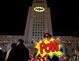La bat-señal brilla en el ayuntamiento de Los Ángeles en homenaje a Adam West