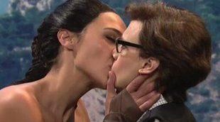 Gal Gadot vuelve a meterse en la piel de 'Wonder Woman' para besar a Kate McKinnon
