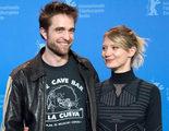 Robert Pattinson posa con una camiseta de un chiringuito de Mojácar en la Berlinale