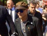 Johnny Depp aparece en Rusia con su banda y tiene un extraño encuentro con 40 mujeres