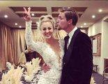 Jim Parsons y Melissa Rauch felicitan a Kaley Cuoco por su boda