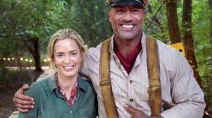 Dwayne Johnson y Emily Blunt, de risas durante el rodaje de 'Jungle Cruise'