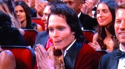 ¿Quién es el inquietante personaje del público de los Emmy?