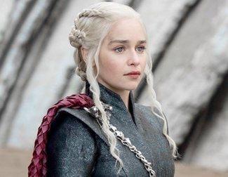 """'Game of Thrones': Emilia Clarke se hace un tatuaje en honor a la serie: """"¡Madre de dragones para siempre!"""""""