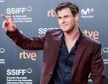 Chris Hemsworth presenta 'Malos Tiempos en El Royale' en San Sebastián junto a sus padres